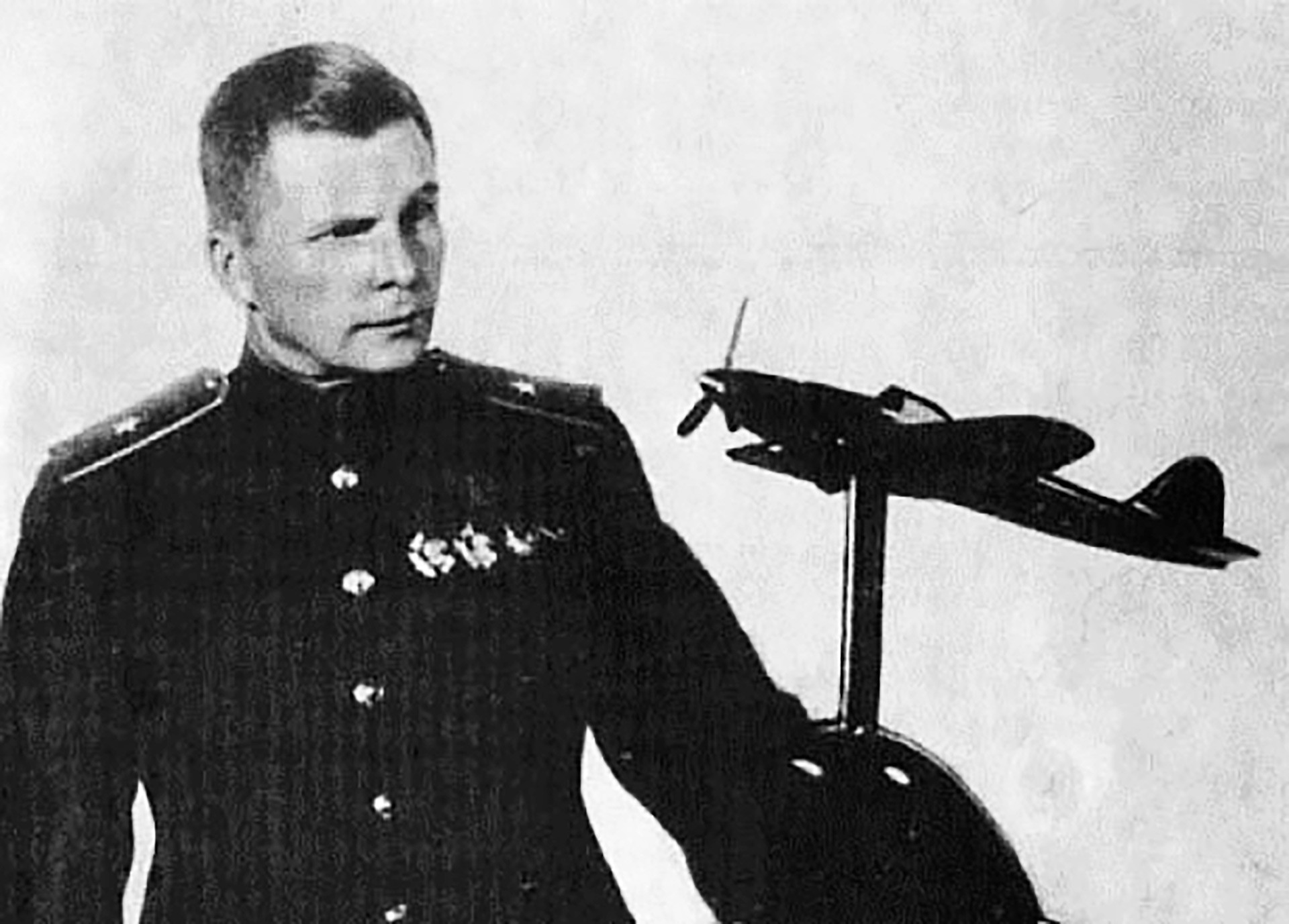 Perancang pesawat Soviet Sergei Ilyushin dengan model pesawat Il-2 buatannya