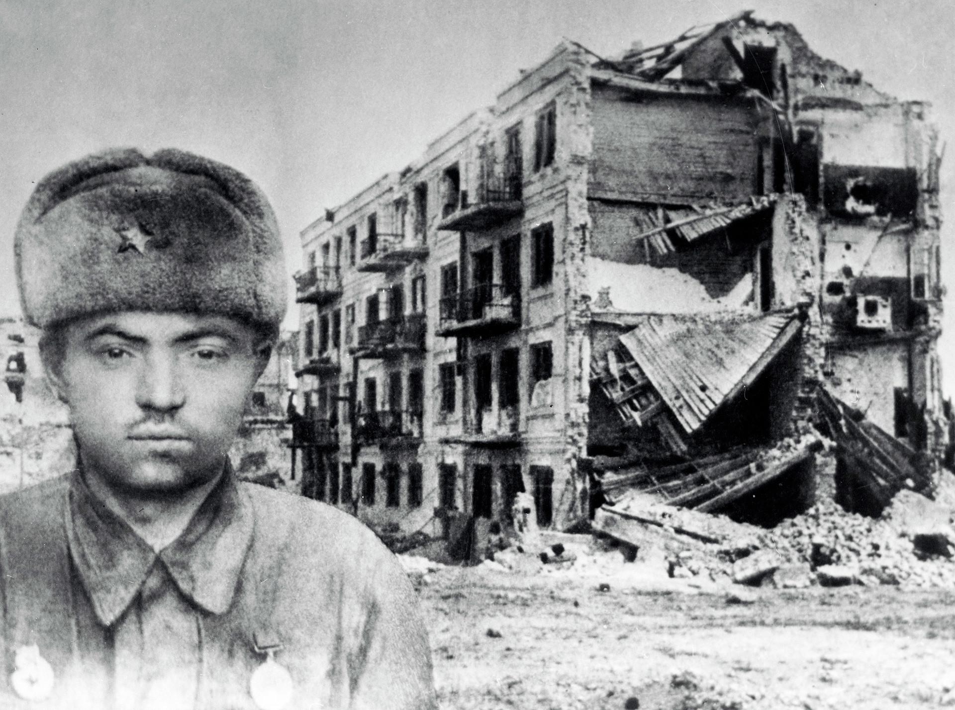 Сержант Яков Павлов, Герой на Съветския съюз, на фона на разрушената къща