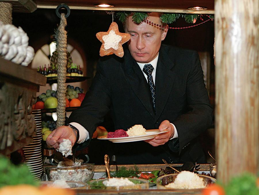 Ao viajar a outros países, Putin se mostra aberto a provar culinária local