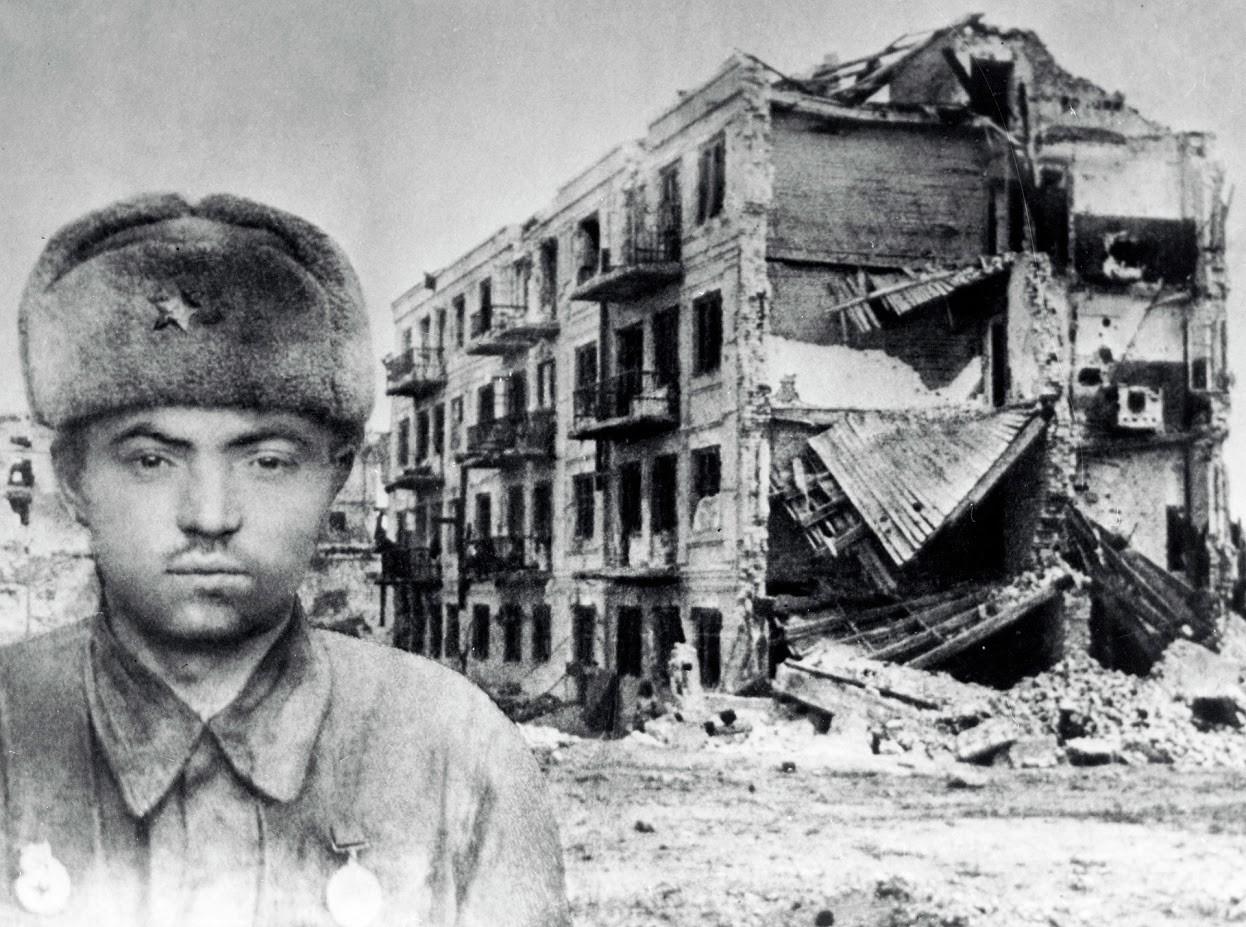 Heroj Sovjetske zveze Jakov Pavlov in porušena hiša, ki jo je branil