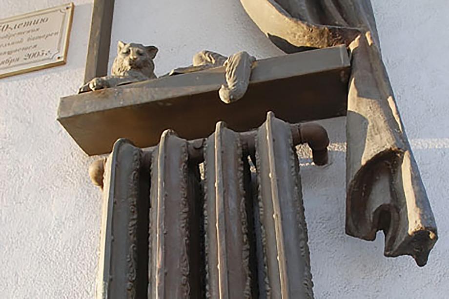A window, a cat and a radiator in bronze located in Samara.