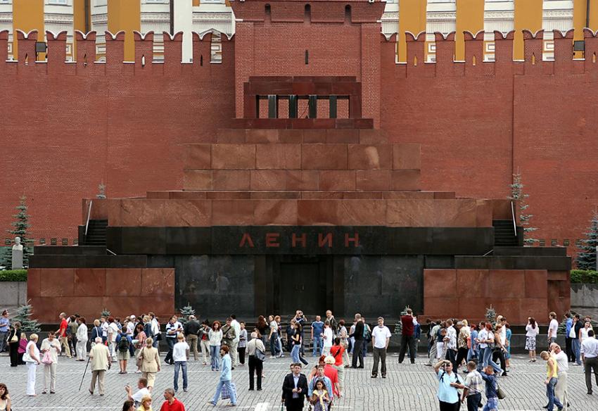 Znameniti mavzolej je bil zgrajen proti koncu dvajsetih let z namenom, da vanj položijo Leninovo telo.