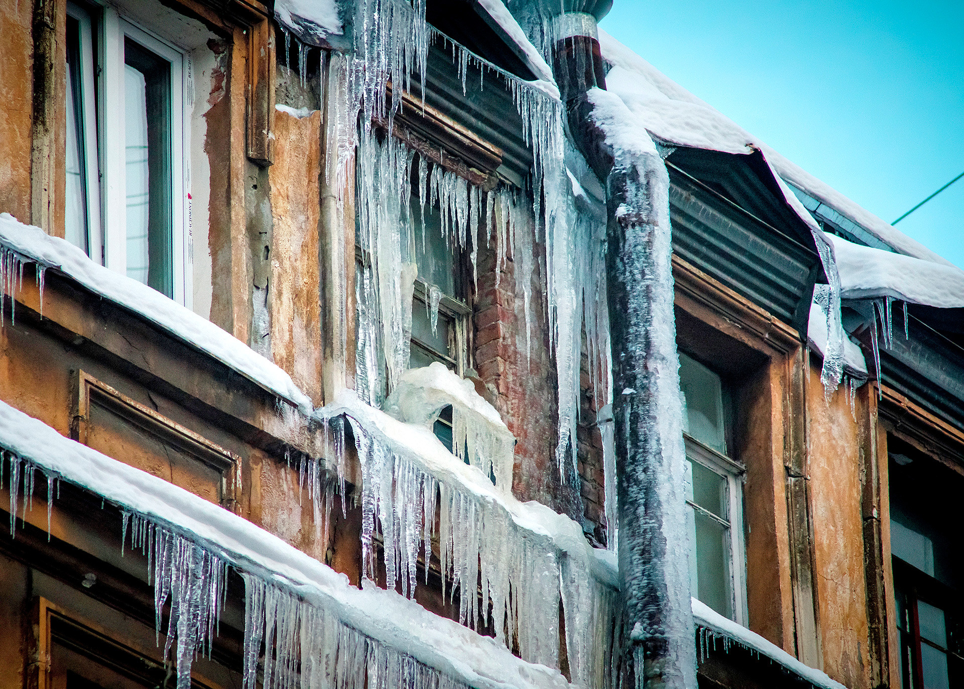 Lifehack: If you see icicles like that, it's probably the best to stay away from them.