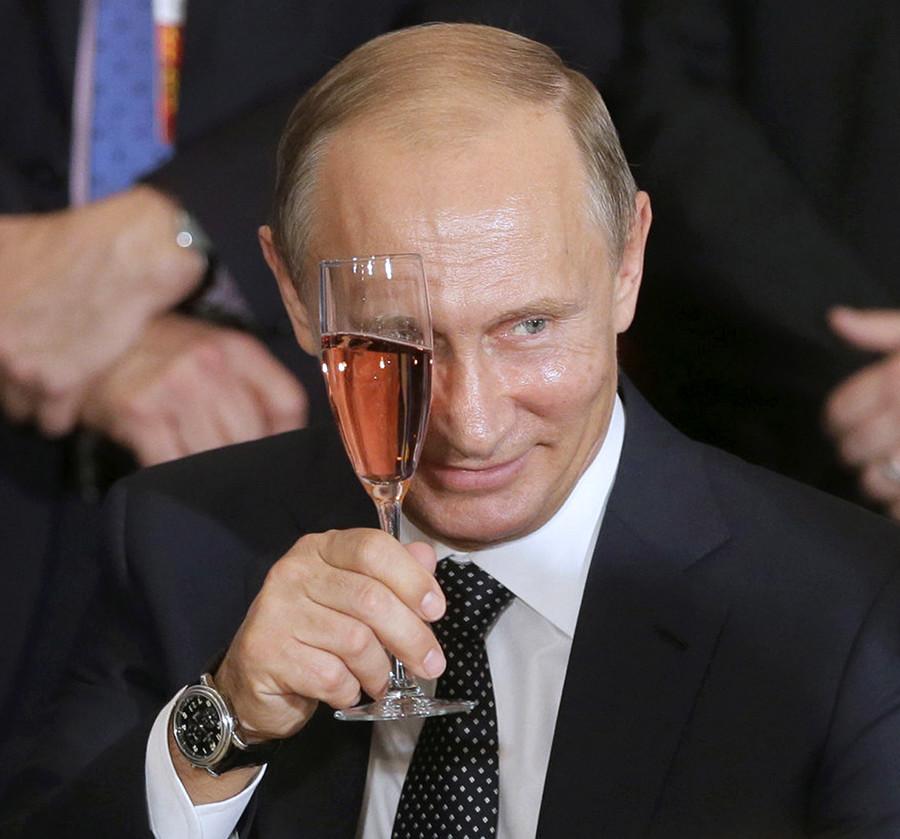 Putin con una copa de champán
