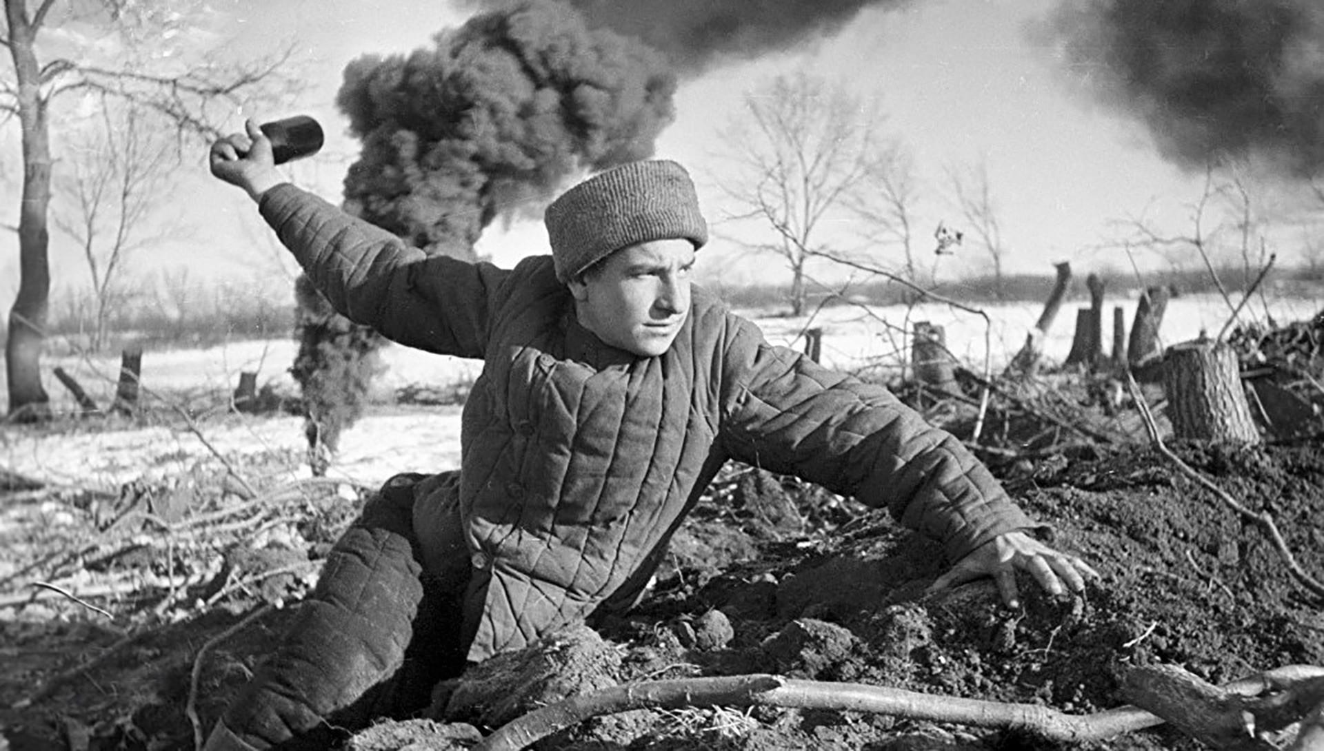 Војници на Црвената армија даваат силен отпор на германските единици.