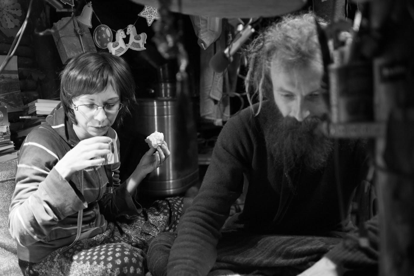 106 km proč od Moskve v gozdu ob avtocesti v zemljanki živi filozof Jurij. Na obisk je prišla punca iz Moskve.