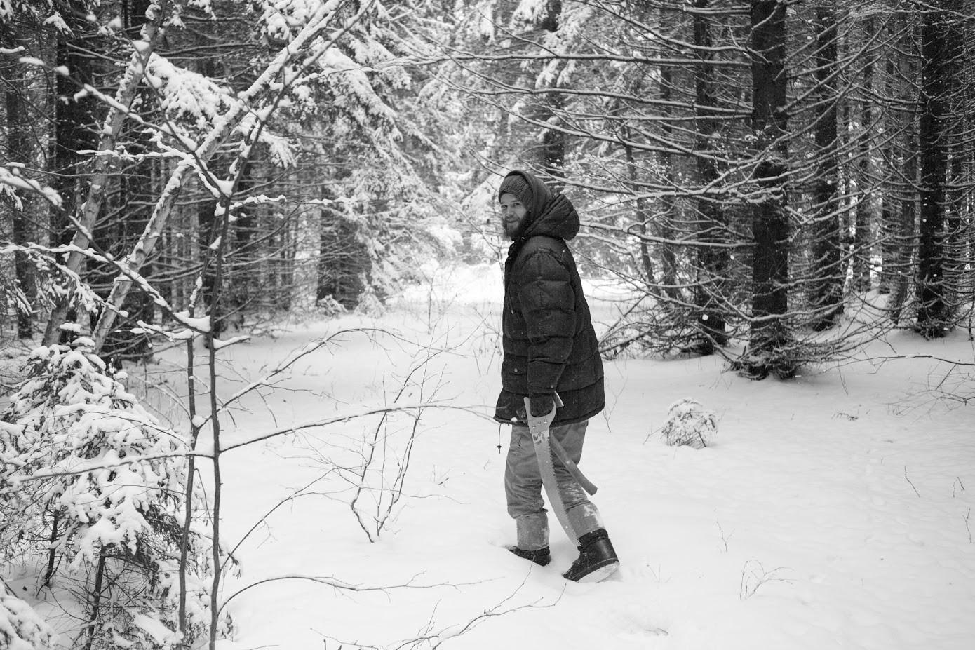 Andrej, nekdaj novinar v Moskvi, se je odločil za bivanje v gozdu.