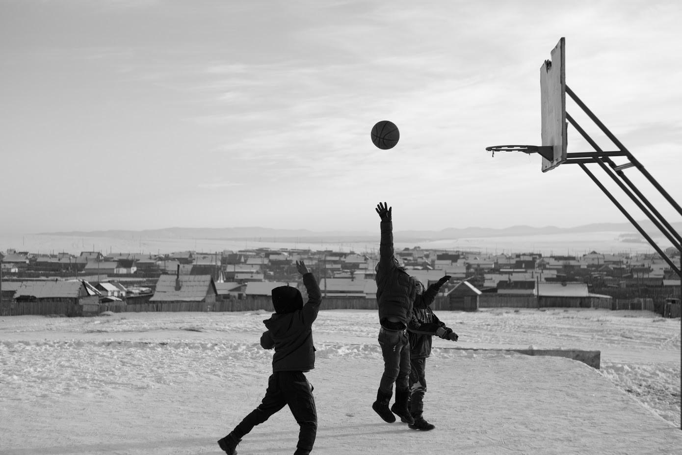 Vasica na rusko mongolski meji. Otroci igrajo košarko na - 30 stopinjah Celzija.