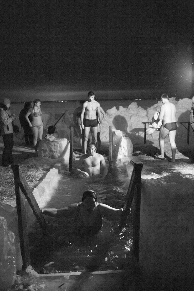 Krščenje na zamrznjenem jezeru v Novosibirsku.