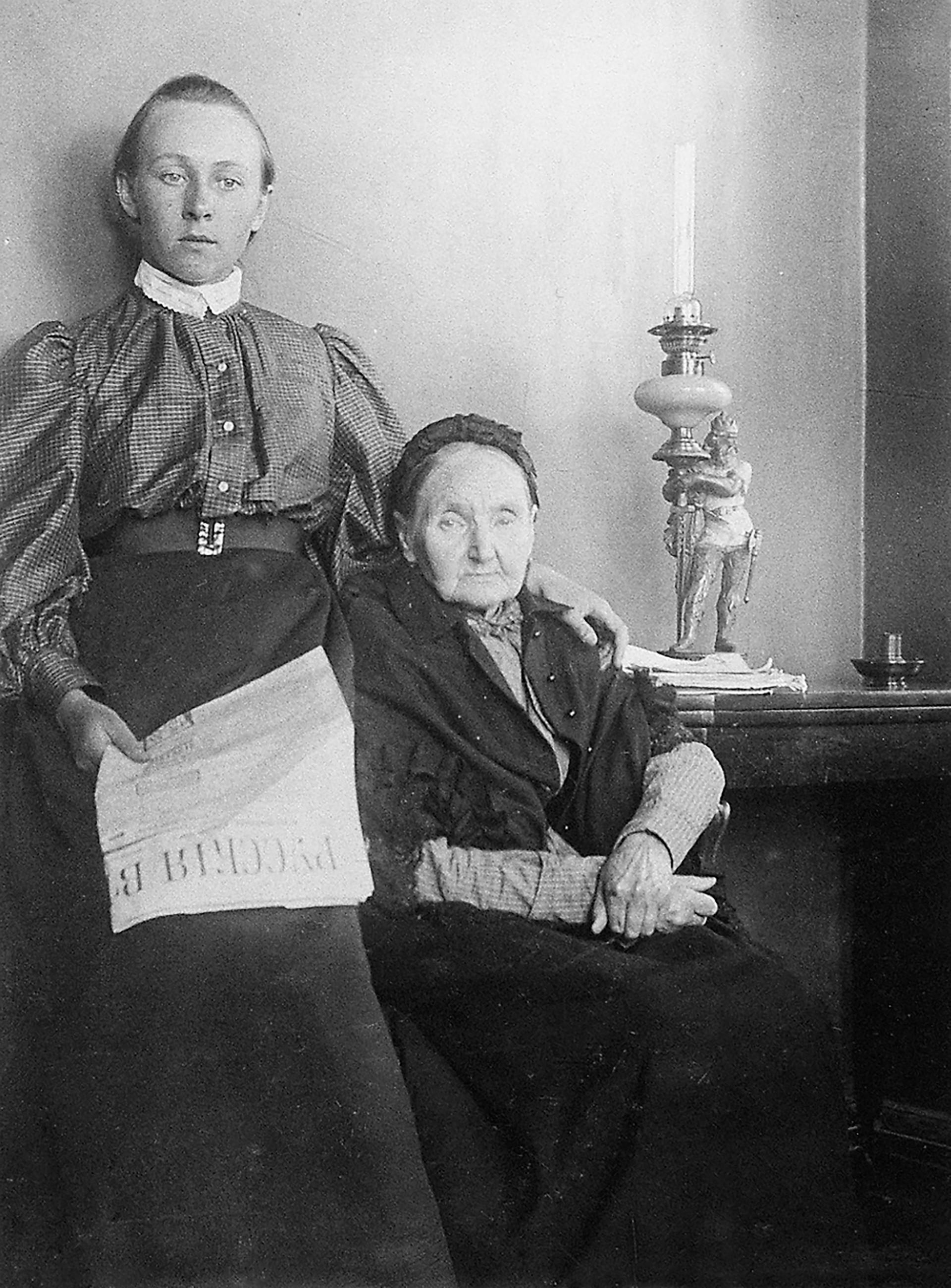Liza Diákonova y su abuela.