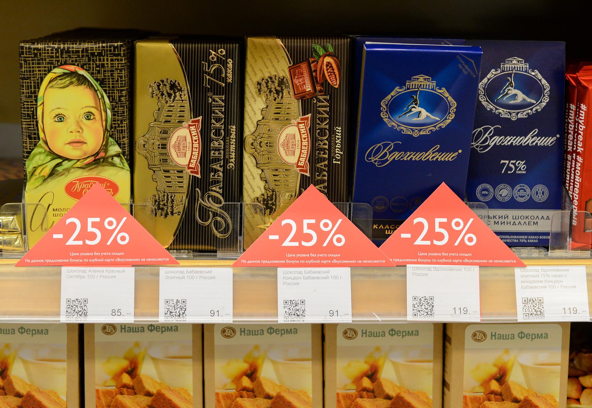 Diproduksi sejak 1965, cokelat Alyonka (kiri) adalah salah satu cokelat batangan terpopuler buatan pabrik Krasny Oktyabr, yang merupakan salah anak perusahaan Uniconf.