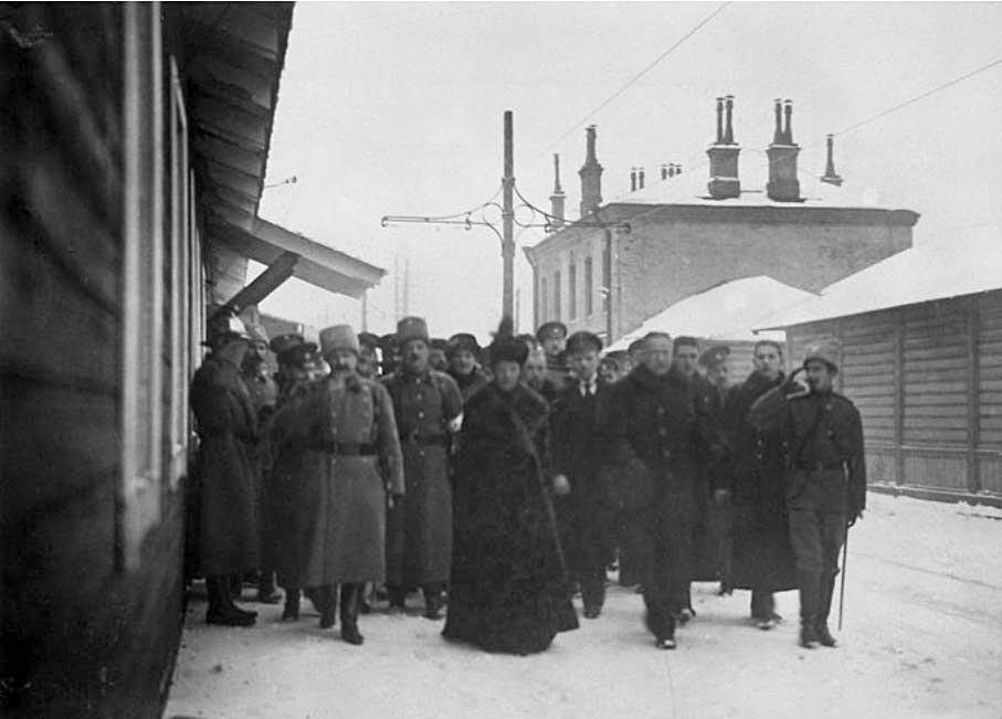 Maria Fjodorowna mit Offizieren und Rotkreuz-Arbeitern.