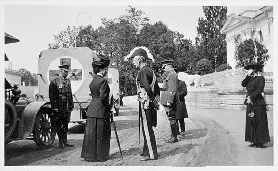 Maria Fjodorowna mit einer Mission des Roten Kreuzes: mit Ksenia Alexandrowna (rechts), Tochter von Maria Fjodorowna und Schwester von Nikolaj II.