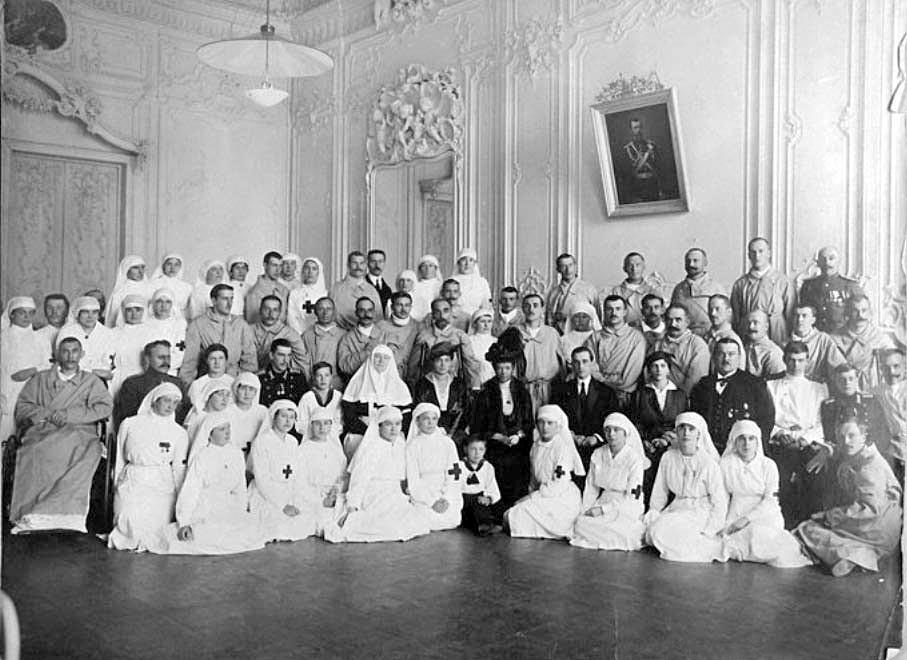 Die Zarenwitwe, ihre Tochter Ksenia Alexandrowna und die Herzöge Jussupow mit Krankenhausangestellten und Patienten in Kiew.