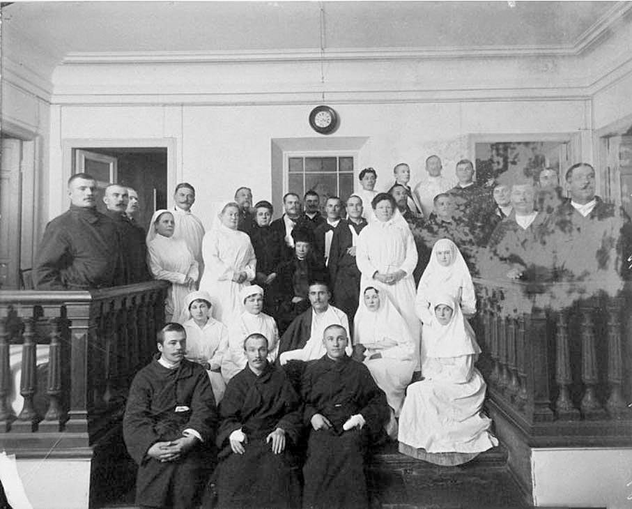 Die Zarenwitwe unter Krankenhausangestellten und Patienten.