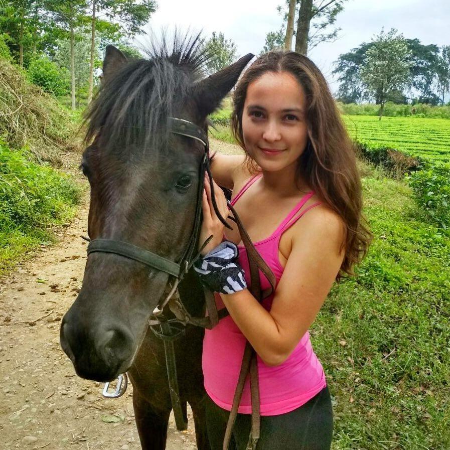 Maria (25) berasal dari Cheboksary, sekitar 680 kilometer di sebelah barat Moskow. Semasa kuliah, ia pernah mendapatkan beasiswa Darmasiswa dan belajar di Universitas Indonesia.