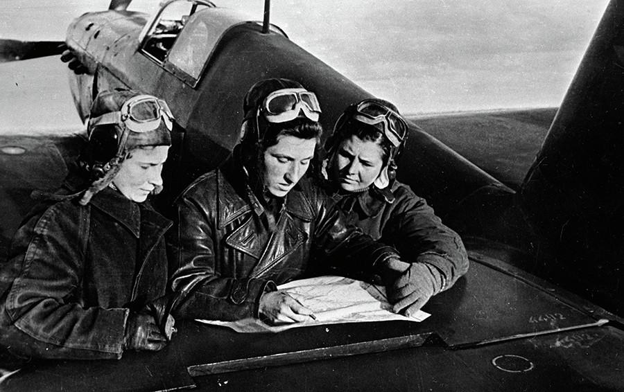 Жени-пилоти от 586-и полк: Литвяк, Буданова и Кузнецова (отляво надясно)