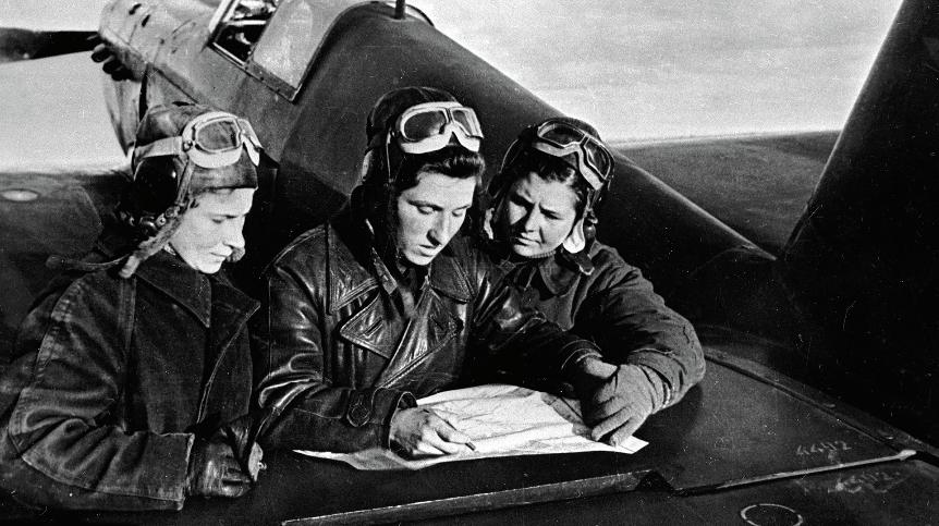 Lidija Litvjak, Jekaterina Budanova in Marija Kuznecova pred letalom Jak-1.