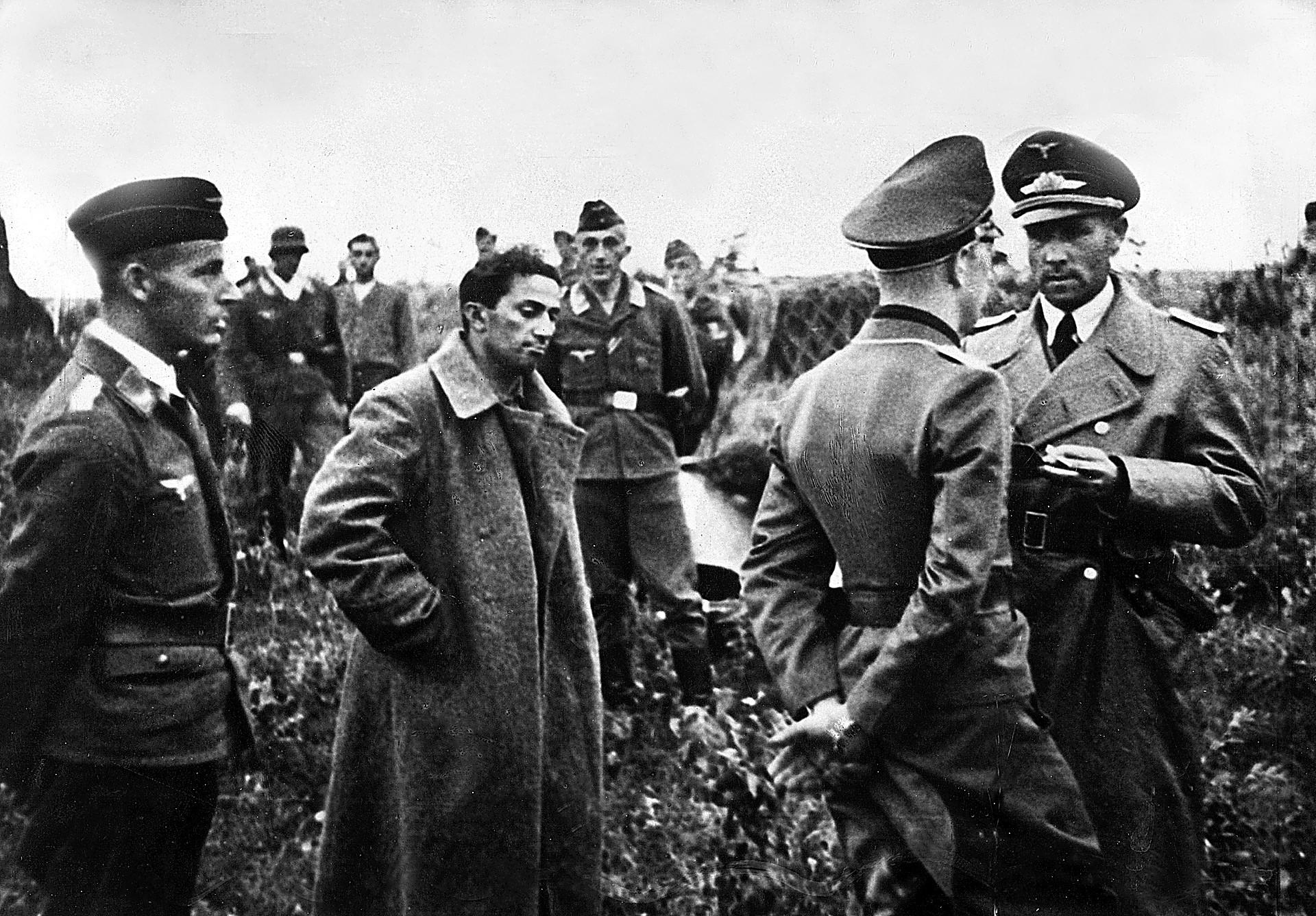 Jakov Džugašvili med čakanjem na nemškem letališču, potem ko so ga ujeli na vzhodni fronti. Okoli njega nemški letalski oficirji.