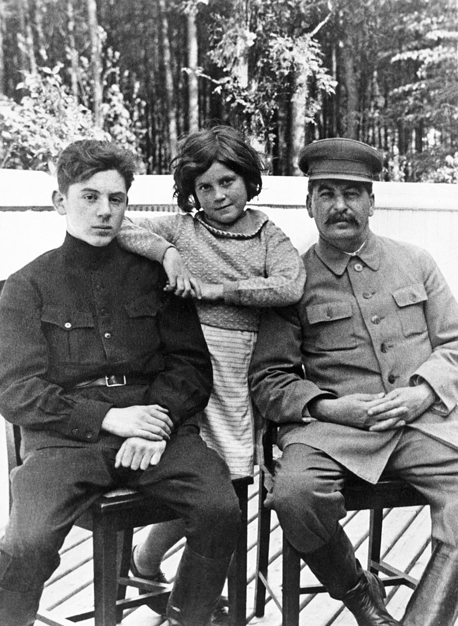 Сталин със сина си Василий (1921-1962) и дъщеря си Светлана(1926 - 2011) в една от дачите на бившия съветски лидер през юни 1935 г.