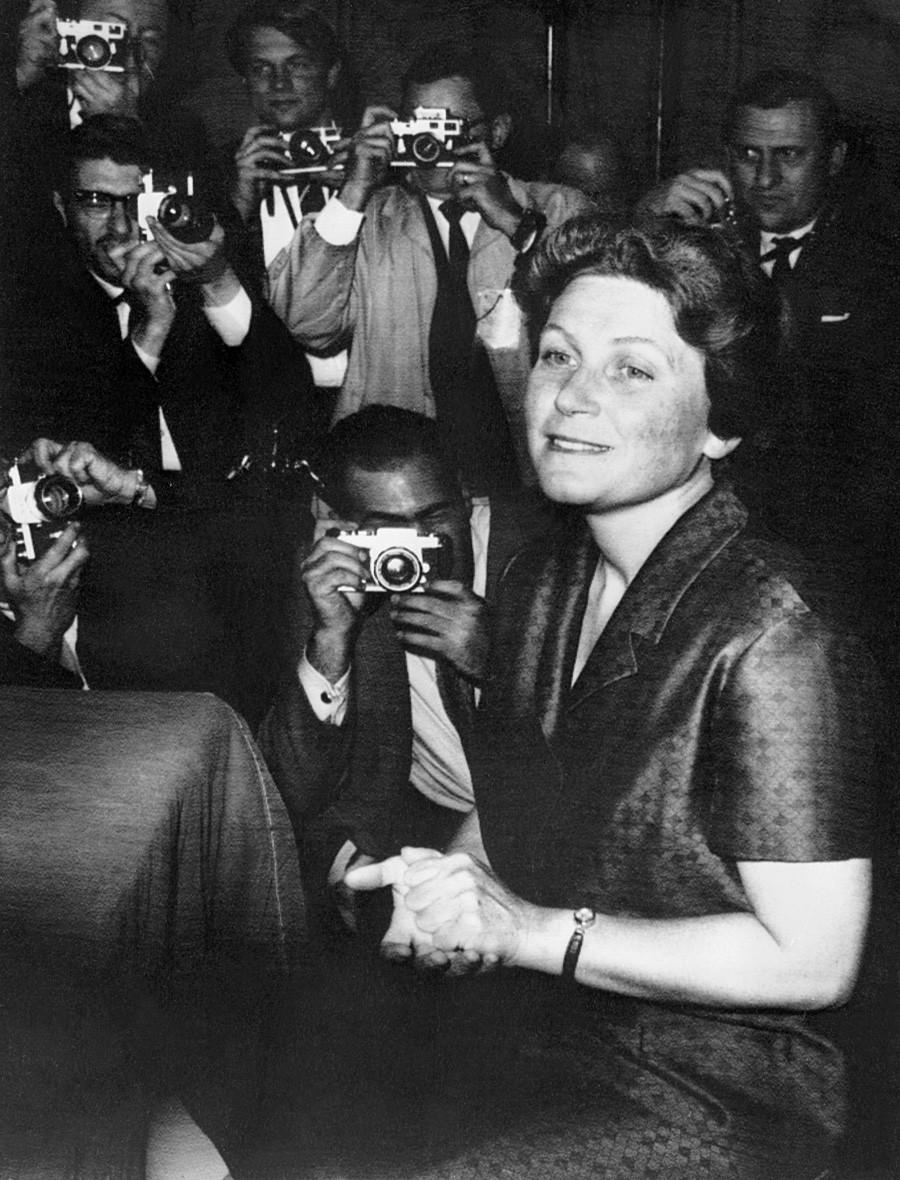 Светлана Алилуева дава пресконференция на 27 април 1967 г. в Ню Йорк, САЩ.