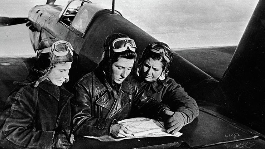 Pilotas do 586° Regimento. Da esq. para dir.: Litviak, Budanova e Kuznetsova próximas a uma aeronave YaK-1.