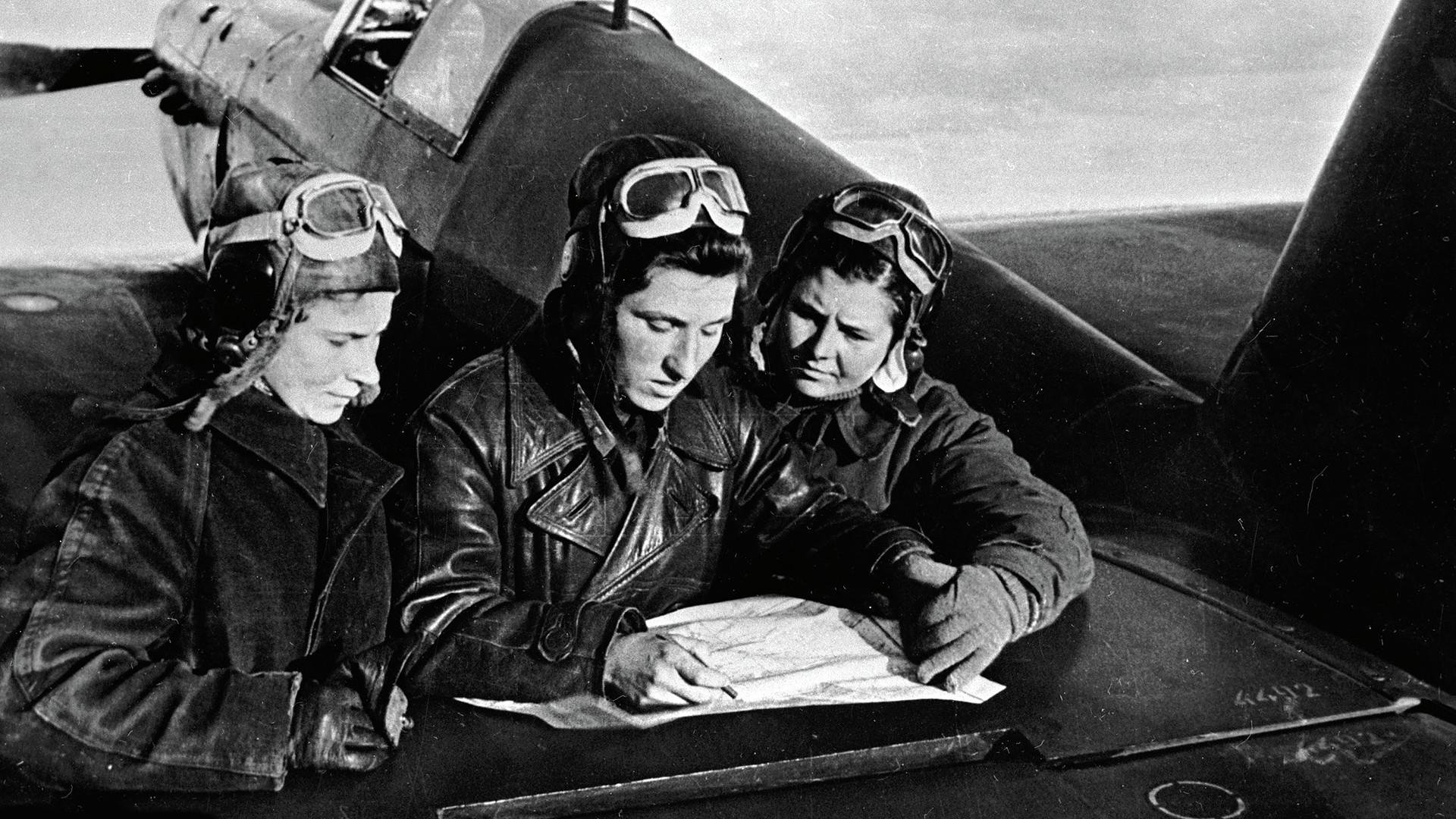 Лидија Литвјак, Екатерина Буданова и Марија Кузњецова пред авионот Јак-1