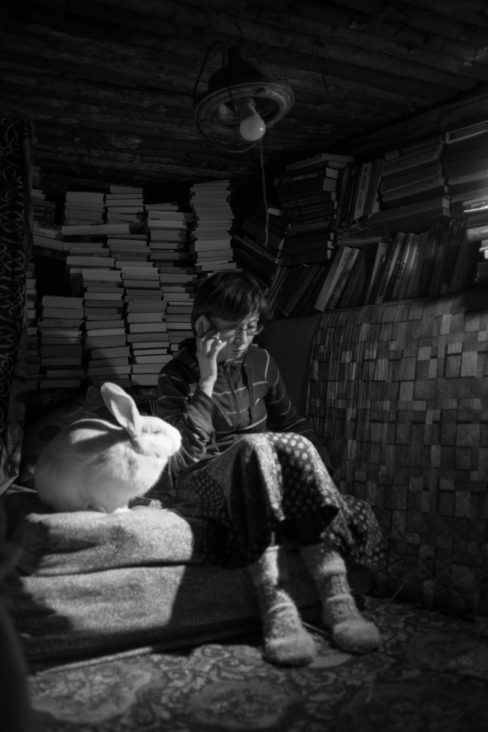 Jurijeva zemunica. Police s knjigama, zec i devojka.