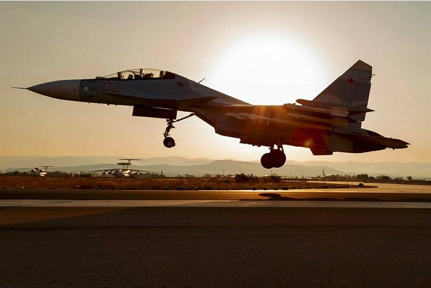 Su-30SM vzleta z letalske baze Hmejmim.
