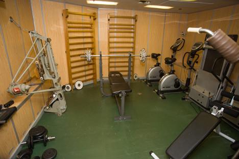 В подводницата има зона за фитнес.