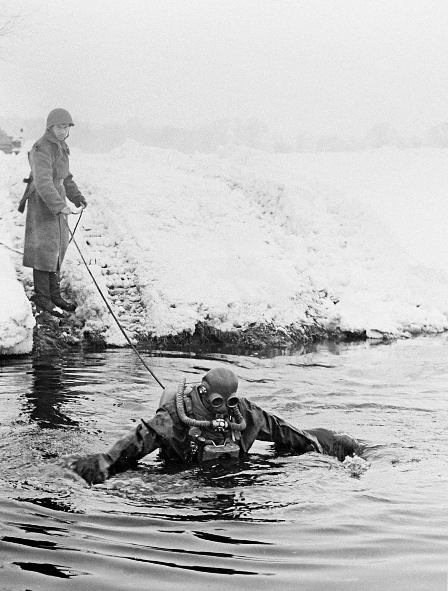 Seorang kadet pasukan katak Soviet selama latihan militer di Jerman Timur.