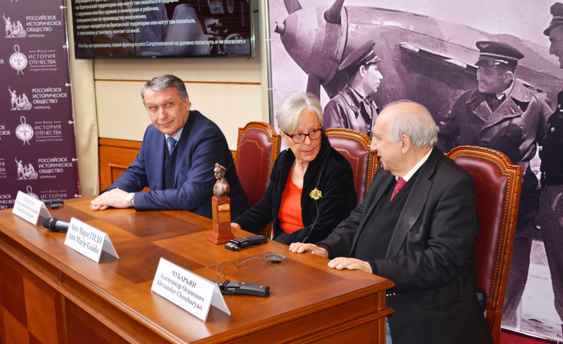 Anne-Marie Guido lors de la table ronde à la Maison de la Société historique russe