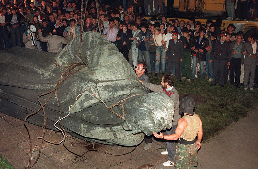 A picture taken on August 22, 1991, shows a crowd watching the statue of Dzerzhinsky being toppled on Lubyanskaya square in Moscow.