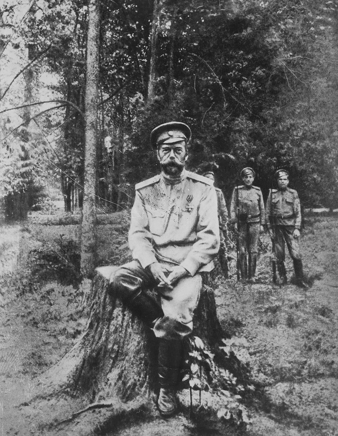 Една од последните фотографии на царот Николај Втори, Екатеринбург, јули 1918