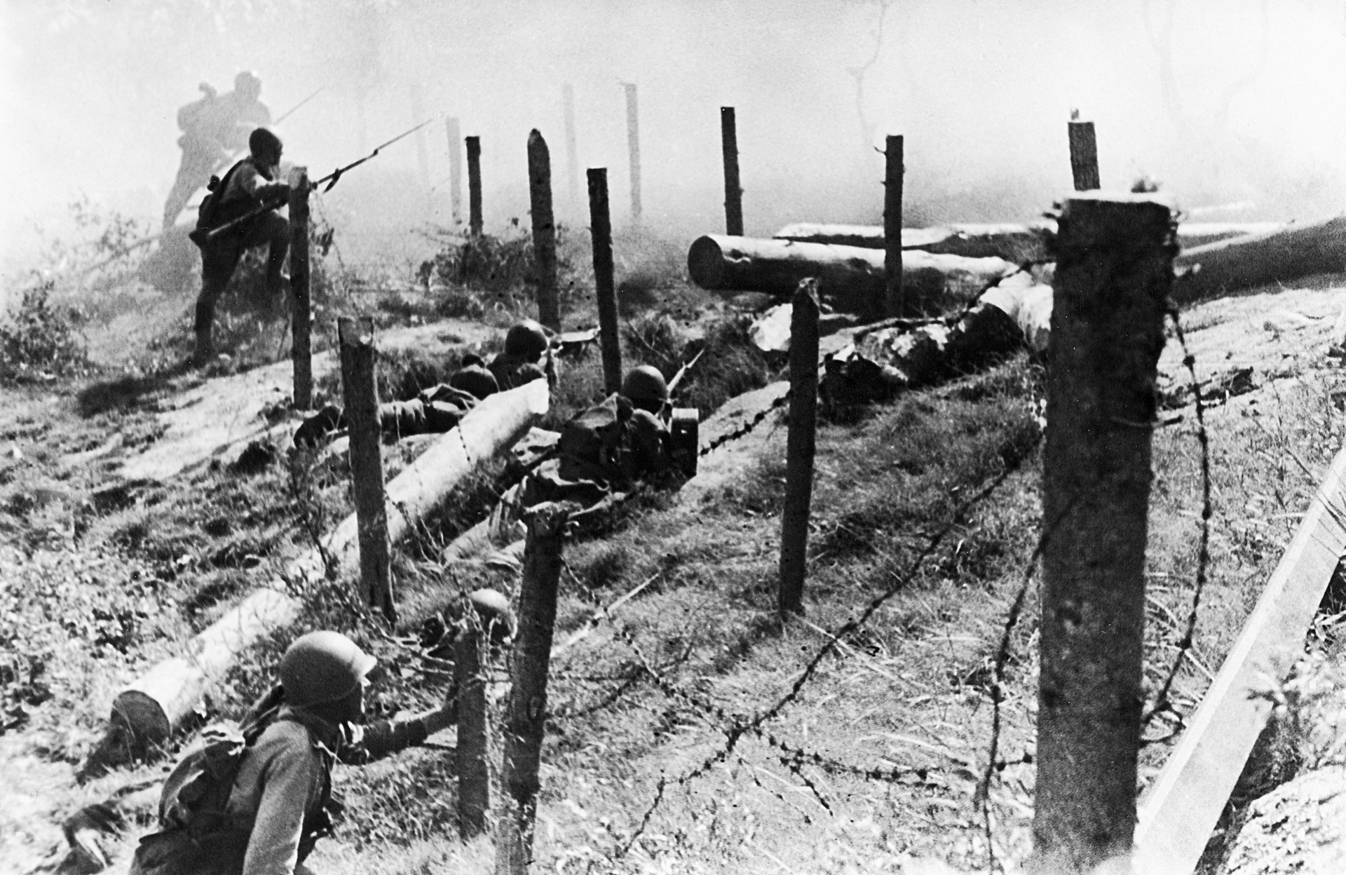 Зимната война с Финландия, 1939 г., съветски червеноармейци атакуват финландско горско укрепление.
