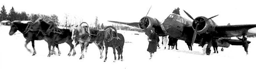 Британският лек бомбардировач Bristol Blenheim каца върху замръзнало езеро край с. Юва на 25 февруари 1940 г. Коне теглят самолета към брега за укритие.