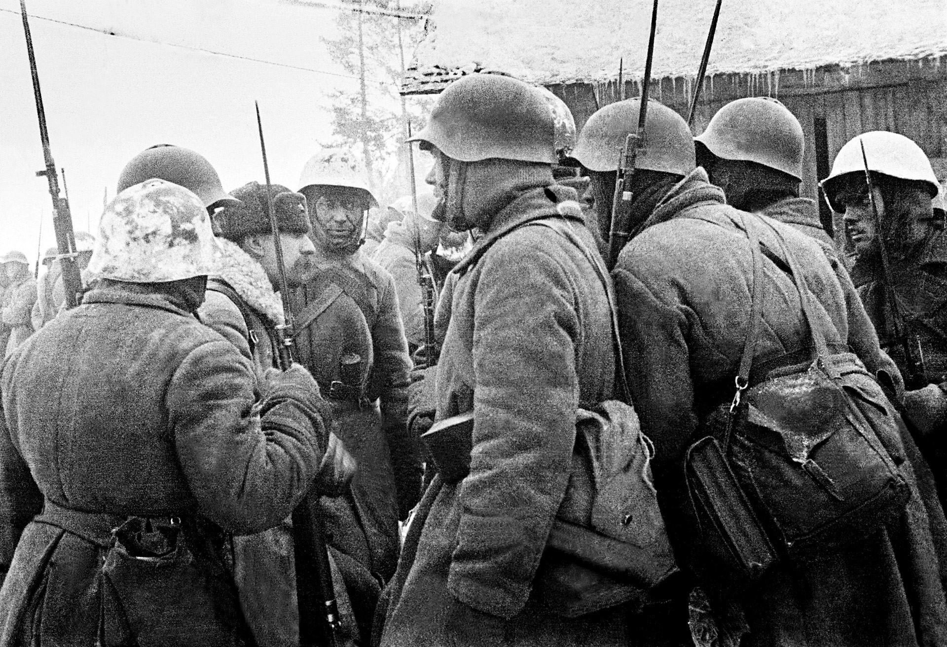 Comandante de batalhão instrui soldados antes de batalha no Ítsmo da Carélia, em fevereiro de 1940.