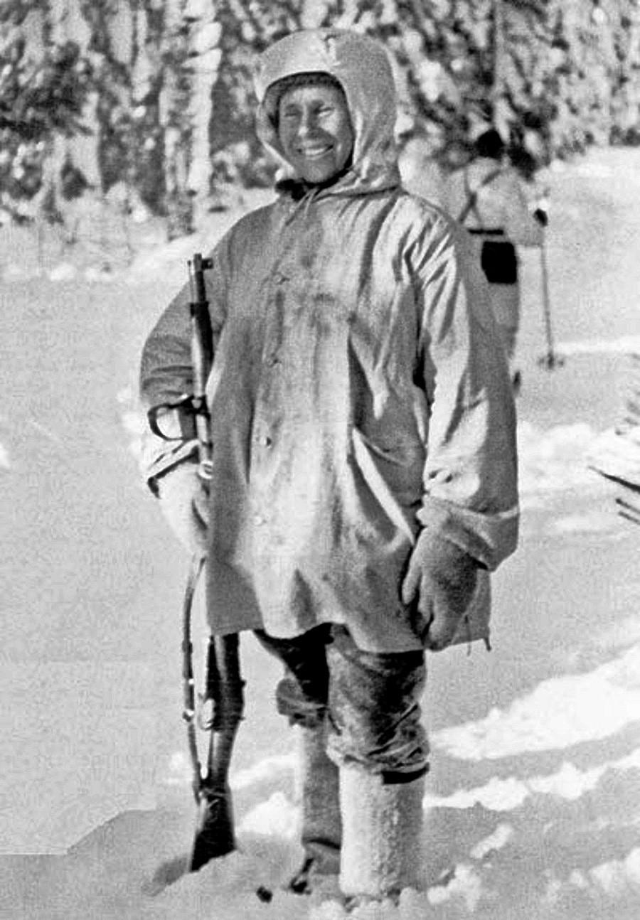 Maior franco-atirador da história, o finlandês Simo Häyhä posa para foto após ser premiado com um rifle honorário M/28 Pystykorva.