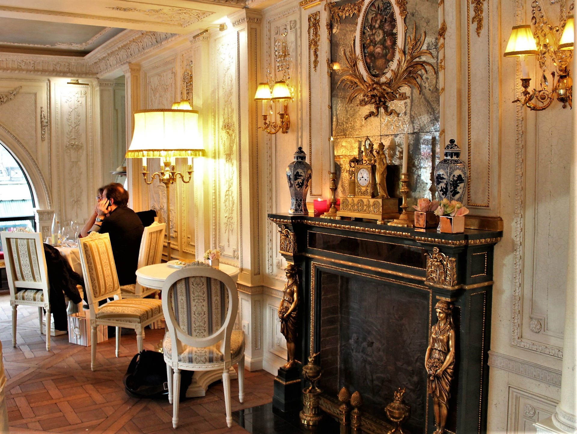 un caf pouchkine ouvre ses portes au c ur de paris. Black Bedroom Furniture Sets. Home Design Ideas