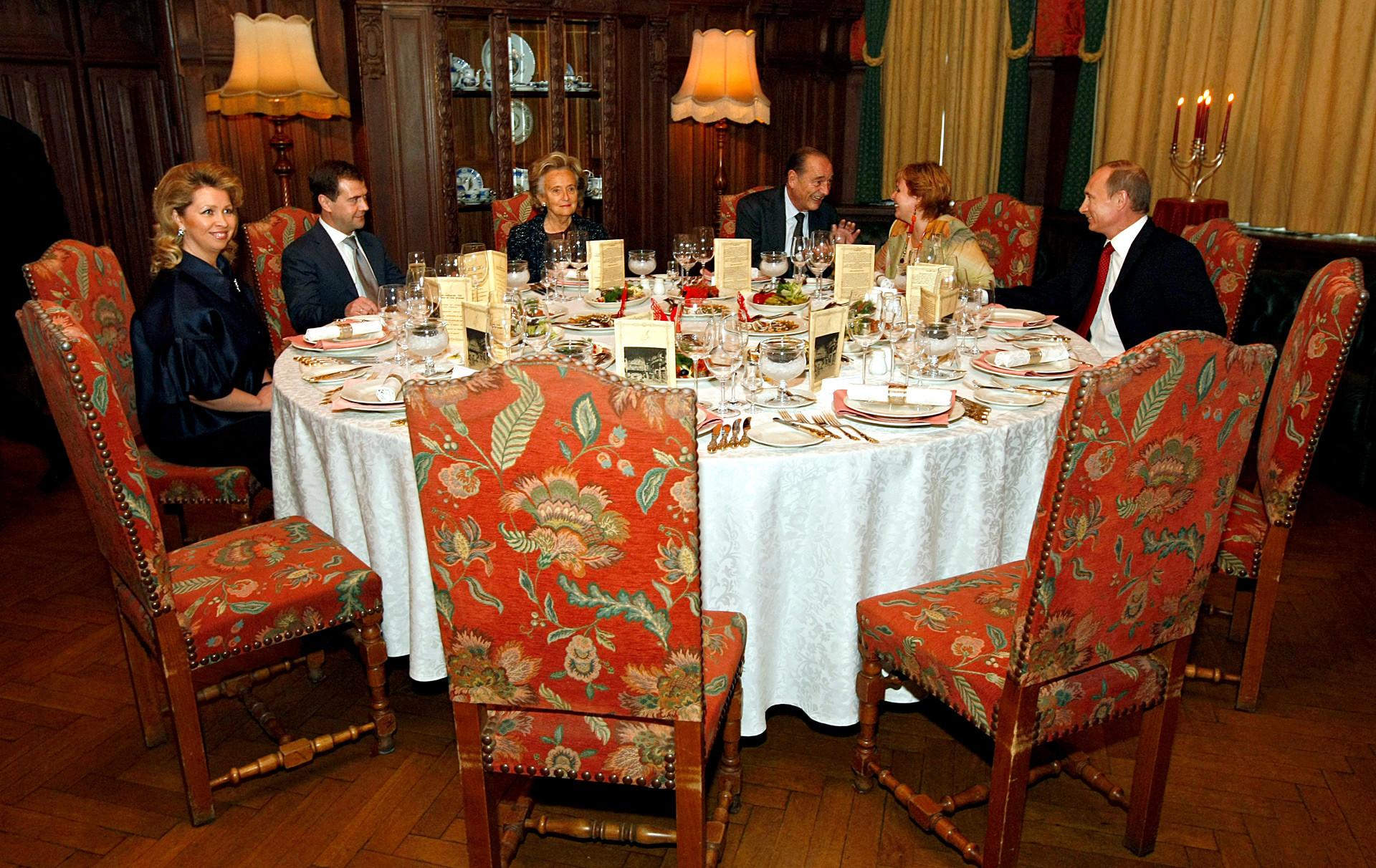 Der russische Regierungschef Wladimir Putin mit seiner Frau Ljudmila, Frankreichs Ex-Präsident Jacques Chirac und seine Frau Bernadette, russischer Präsident  Dmitri Medwedjew mit seiner Frau Swetlana im Moskauer Restaurant