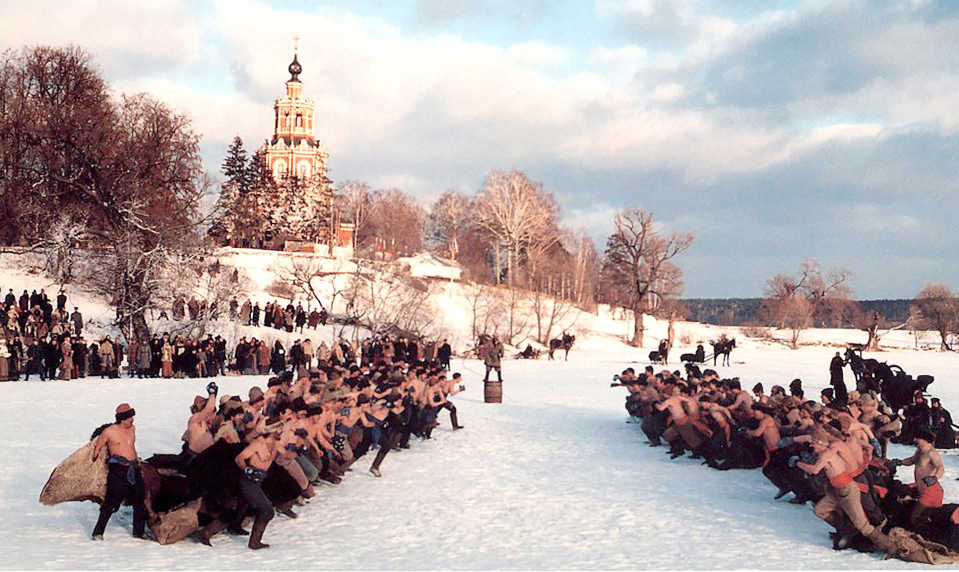 """Руска борба со тупаници - сцена од филмот """"Сибирскиот бербер"""" од Н. Михалков."""