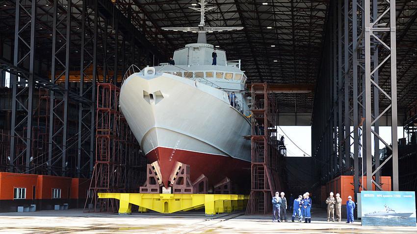 Kapal Proyek 22800, dengan julukan Karakurt, saat di Galangan Kapal Pella Leningrad di Sankt Peterburg.