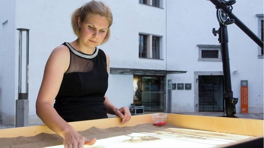 """Uliana Dorofeeva se uveljavlja s svojimi """"peščenimi animacijami"""""""