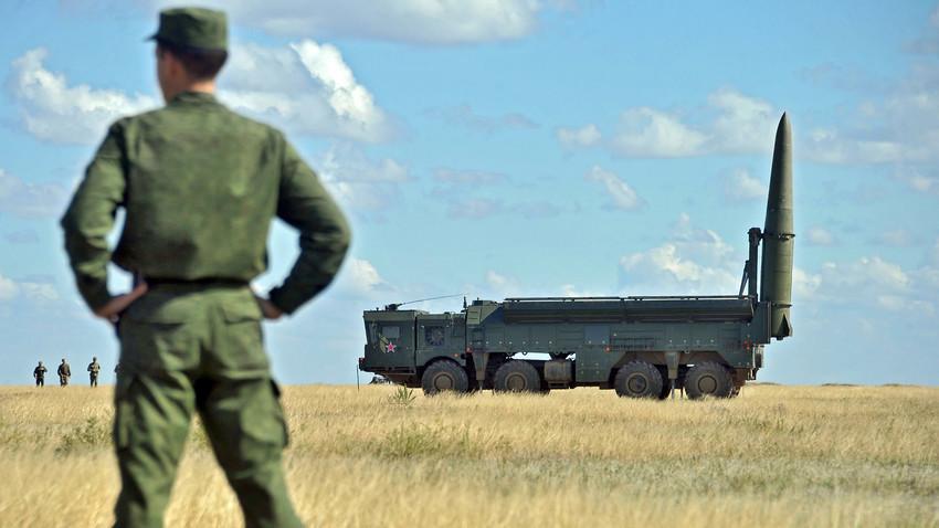 Peluncuran sistem misil Iskander-M saat latihan militer