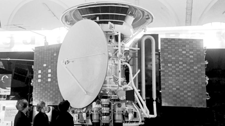 """Копија од автоматската интерпланетарна станица """"Марс-3"""" во павилјонот """"Вселена"""" на изложбата Државните национални економски достигнувања."""