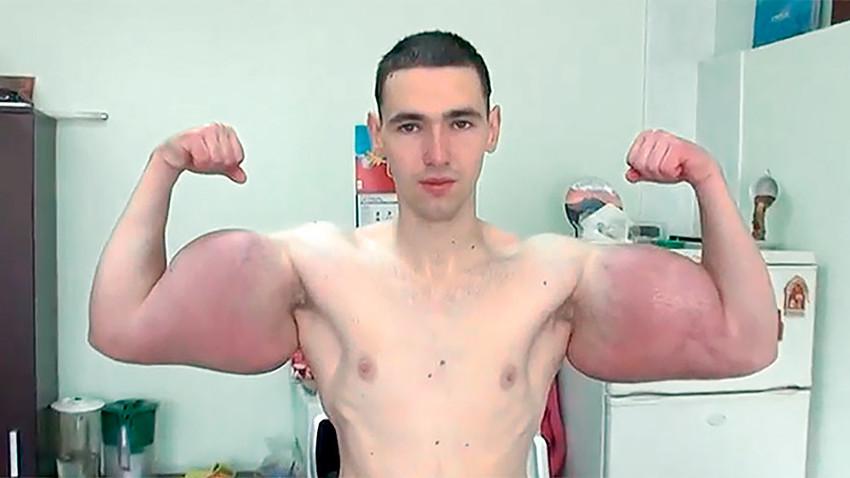 Depois dos 'músculos', Terechin pretende tatuar o corpo inteiro e implantar 'dente de vampiro'