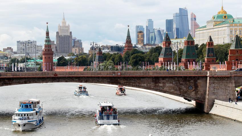 Rio Moscou, edifício do Ministério dos Negócios Estrangeiros e centro empresarial Moscow City (ao fundo) e Kremlin (à dir.)