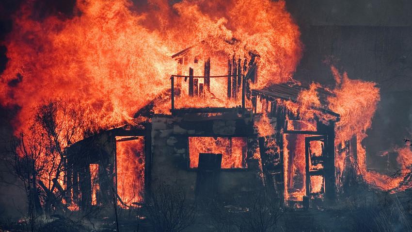 Danila Tkachenko telah membakar rumah-rumah tua demi proyek fotografinya yang ia dedikasikan untuk menunjukkan fenomena hilangnya pedesaan di Rusia.
