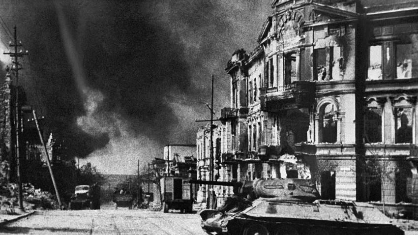 Tenk T-34 - Sevastopolj. SSSR. Lenjinova ulica na Dan oslobođenja.
