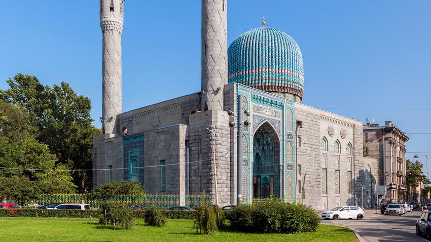 Masjid Biru mulai dibangun pada 1910 ketika umat Islam di Rusia saat itu hanya berjumlah sekitar delapan ribu orang.